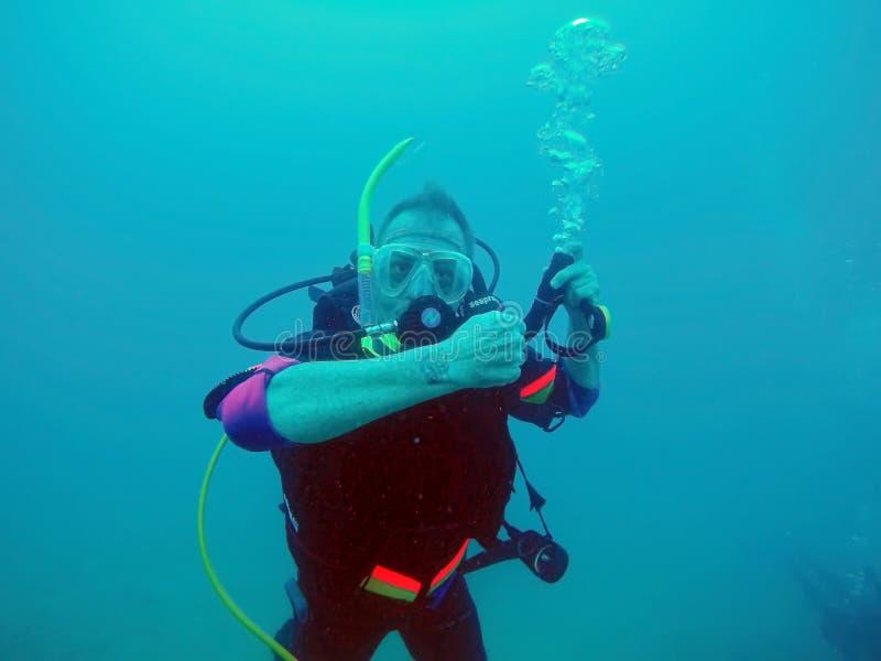 Unterwasseratemger?t-Taucher Unterwasser stockfoto