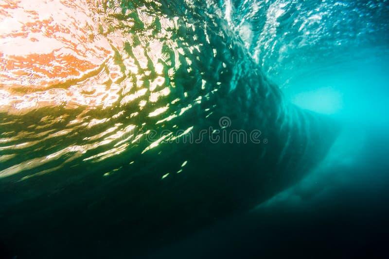 Unterwasserfasswelle im tropischen Meer in Oahu Wasserbeschaffenheit im Ozean mit Sonnenunterganglicht stockbilder