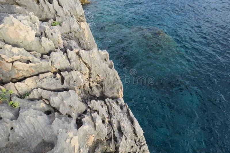 Unterwasserfelsen im adriatischen Meer stockfotos