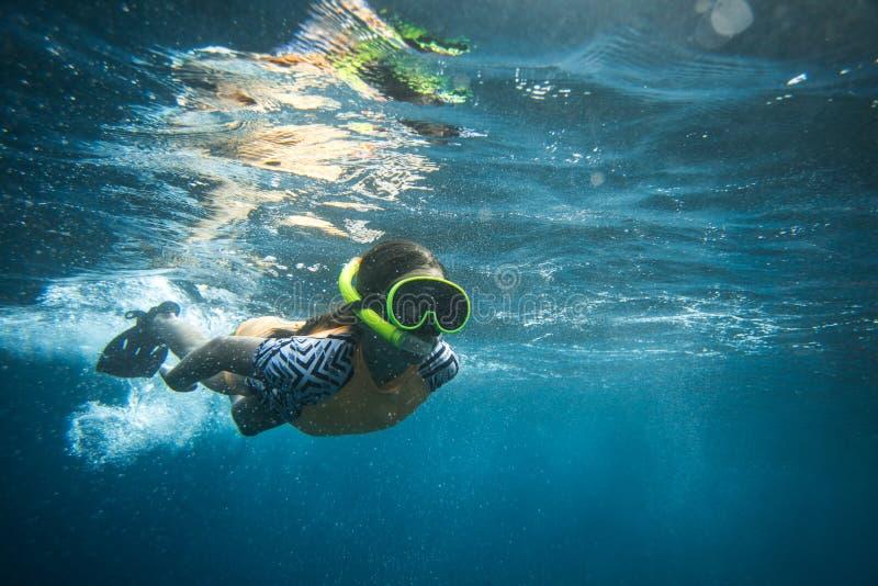 Unterwasserfoto der Frau in tauchendem Masken- und Schnorcheltauchen allein lizenzfreies stockfoto