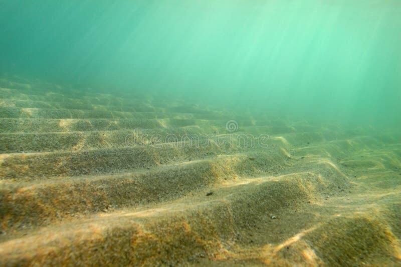 Unterwasserfoto, kleiner Sand 'Dünen 'schoss diagonal so in dieser Perspektive, die sie Treppe bilden, die Sonnenstrahlen, die vo lizenzfreie stockbilder