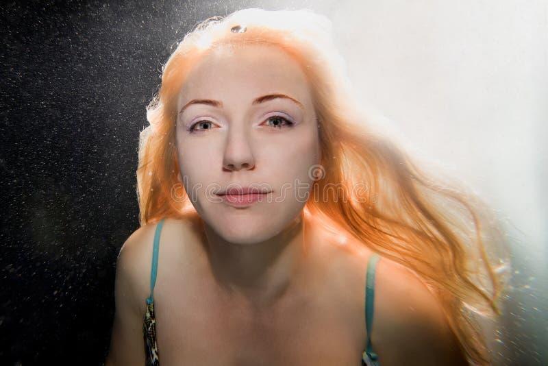 Unterwasserfrau lizenzfreie stockfotografie