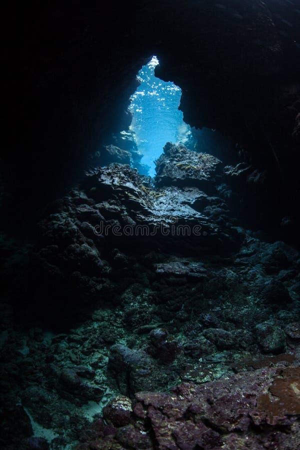 Unterwasserhöhle lizenzfreie stockbilder
