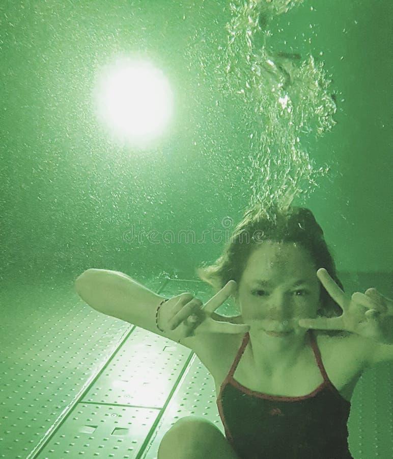 Unterwasserherstellungssiegeszeichen des Mädchens lizenzfreies stockfoto