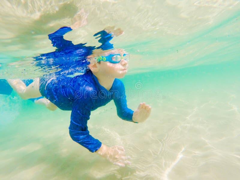 Unterwasserjungen-Spaß im Meer mit Schutzbrillen Sommerferienspaß stockfoto