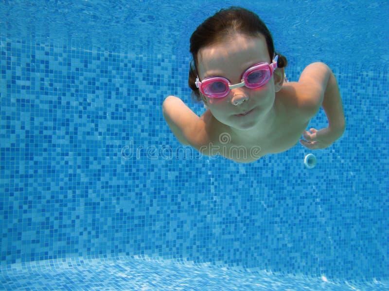 Unterwasserkind lizenzfreie stockbilder