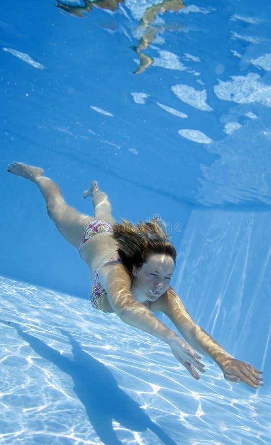 Unterwassermädchen lizenzfreies stockfoto