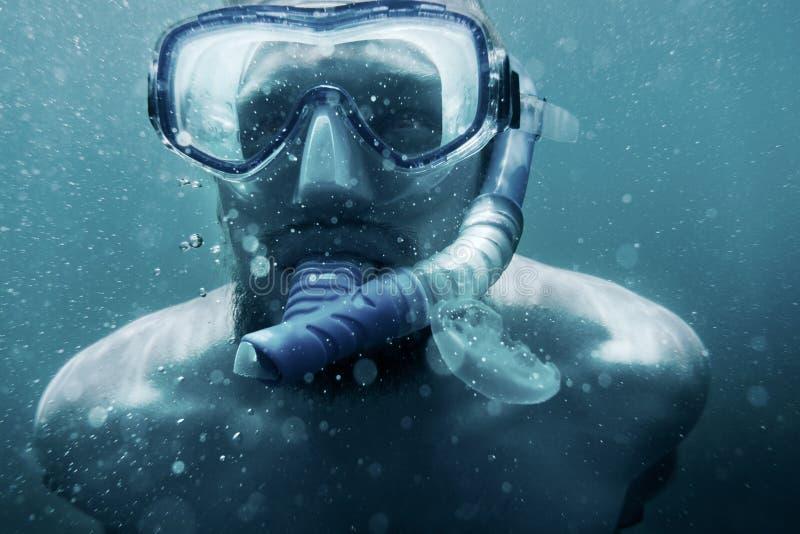 Unterwasserporträt von freediver Mann lizenzfreies stockbild