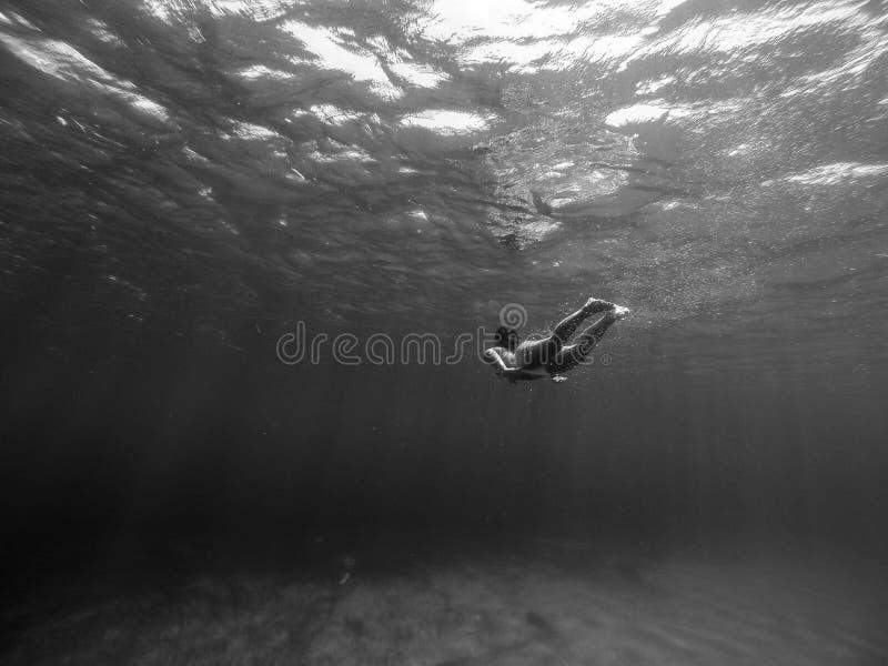 Unterwasserschuß des Mädchens lizenzfreies stockfoto