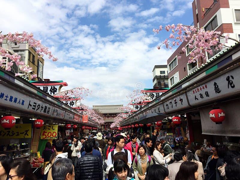 Unterwegs zu Senso-ji lizenzfreie stockfotos