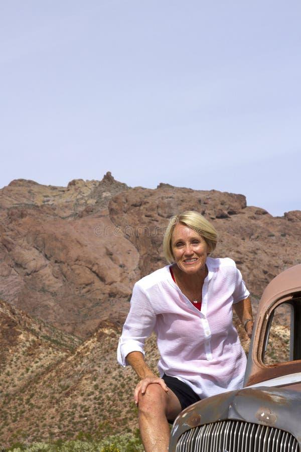 Unterwegsrentner in der Wüsten-Einstellung auf Oldtimer lizenzfreies stockfoto