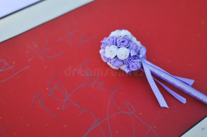 Unterzeichnen auf dem Guestbook in einer Hochzeit stockfoto