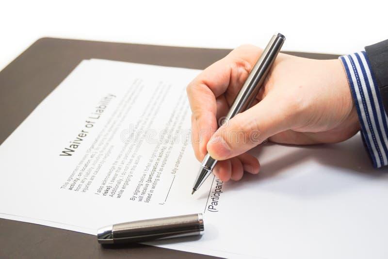 Unterzeichnen einer Aufhebung der Haftungsform lizenzfreie stockbilder