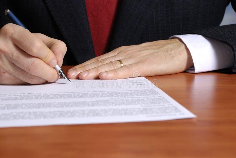 Unterzeichnen eines Vertrages stockbild