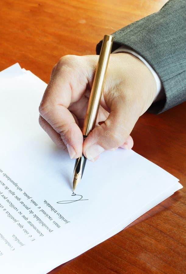 Unterzeichnen eines Vertrages lizenzfreies stockbild