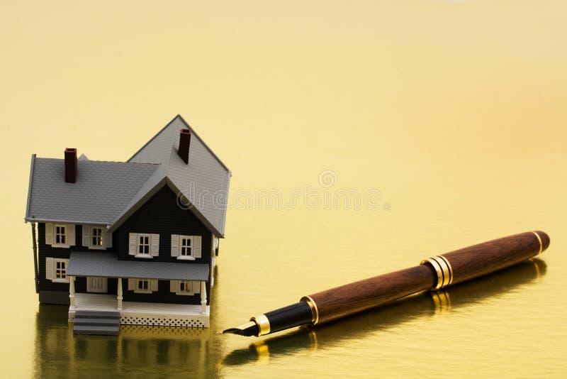 Unterzeichnen Ihrer Hypotheken-Papiere lizenzfreies stockfoto