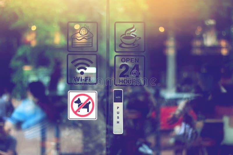 Unterzeichnen Sie auf Glastür der Kaffeestube, freies wifi stockbild