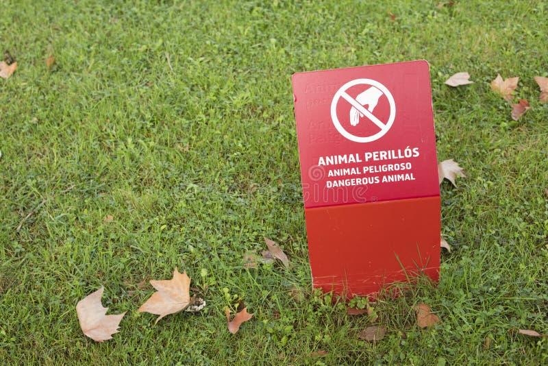 Unterzeichnen Sie Brettwarnung des gefährlichen Tierbereichs in Barcelona-` s Zoo lizenzfreie stockfotos