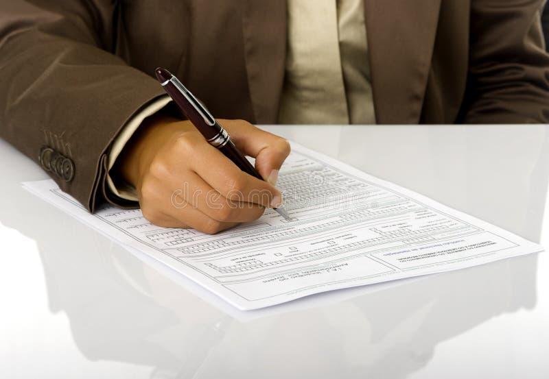 Unterzeichnen Sie den Vertrag lizenzfreies stockfoto