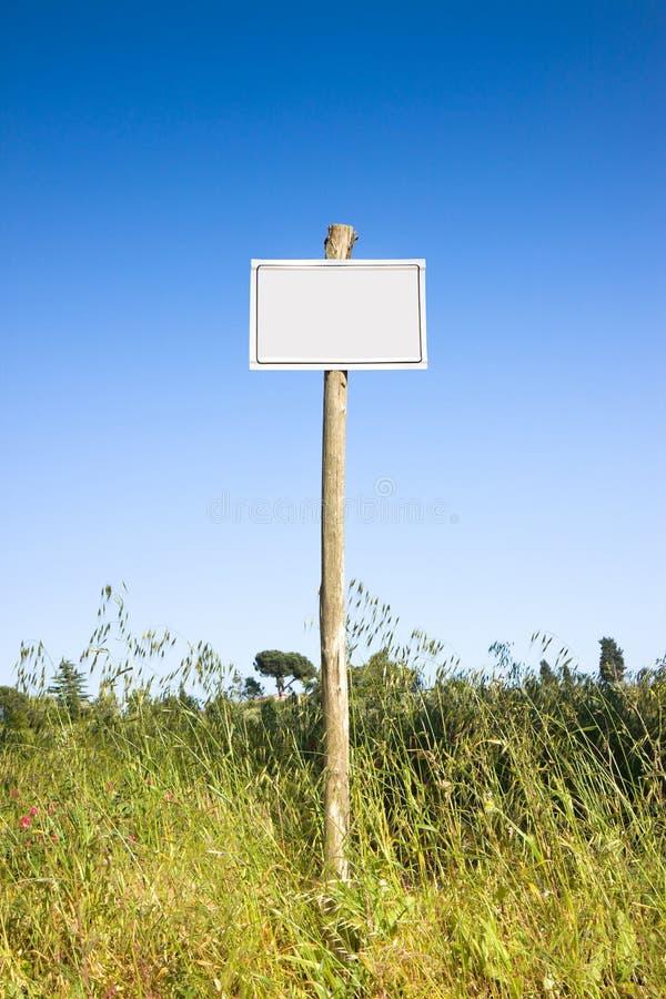 Unterzeichnen Sie die Anzeige in der Landschaft mit Kopienraum lizenzfreie stockfotografie