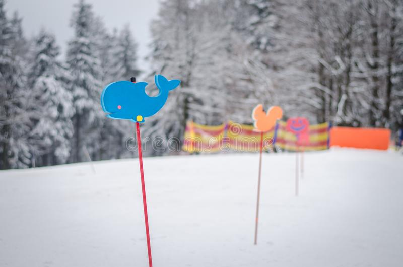 Unterzeichnen Sie herein die Winterkinder, die Schule in der Steigung lernen lizenzfreies stockfoto