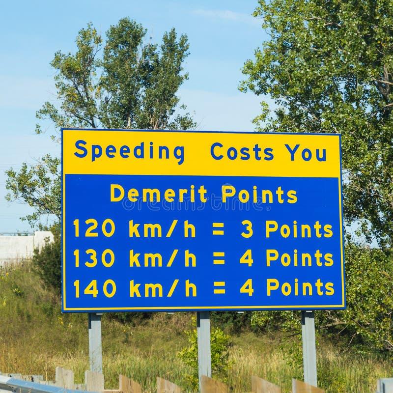 Unterzeichnen Sie herein Ontario-Warnung von Schnellfahrenpunkten stockfotos