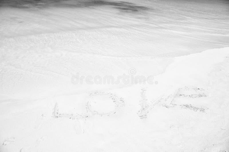 Unterzeichnen Sie Liebe am Sandstrand mit Meereswogekristalltürkiswasser Perfektes Datum des romantischen Platzes oder schlagen v stockbilder