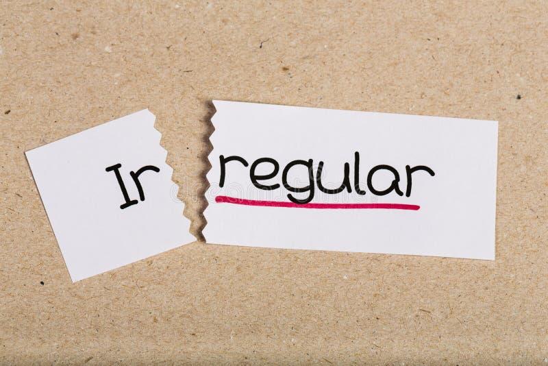 Unterzeichnen Sie mit Wort Irregular, der zu Regular gemacht wird lizenzfreies stockbild