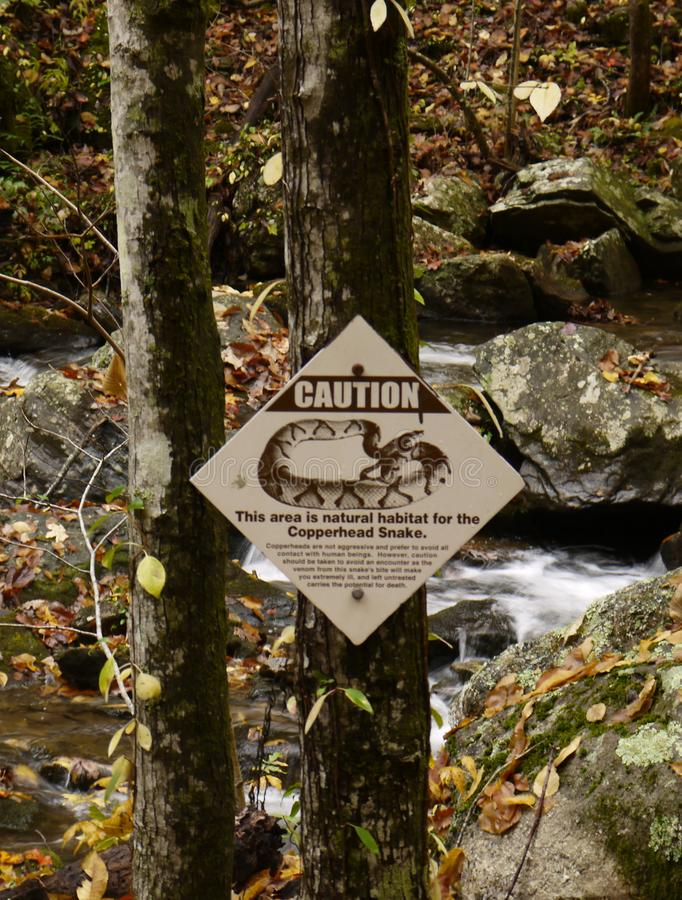 Unterzeichnen Sie Warnung von giftigen Schlangen im Bereich lizenzfreies stockfoto