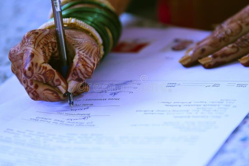 Unterzeichnende Hand für Heiratausrichtung stockfotos