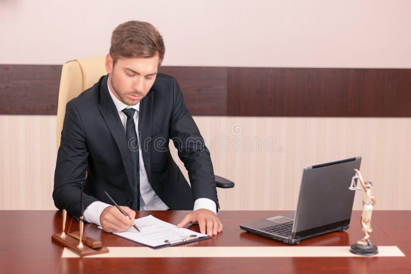 Unterzeichnende Papiere des angenehmen Rechtsanwalts lizenzfreie stockfotografie