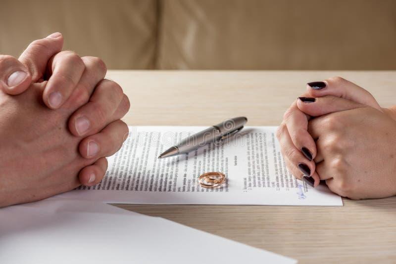 Unterzeichnende Scheidungsdokumente der Frau und des Ehemanns oder voreheliche Vereinbarung stockbild