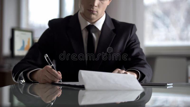 Unterzeichnende Vereinbarung des ernsten Chefs, wichtiger Vertrag f?r Firmenumstrukturierung lizenzfreie stockbilder
