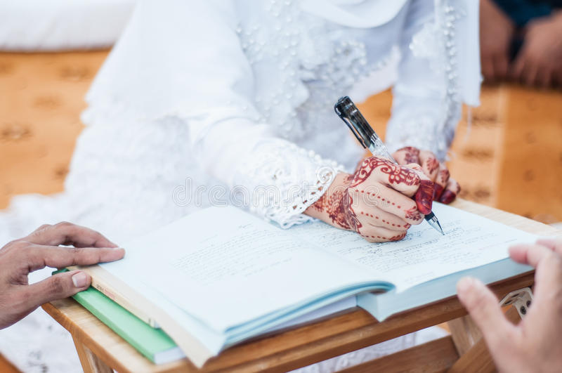 Unterzeichnender Eid in den arabischen Schreiben stockbild