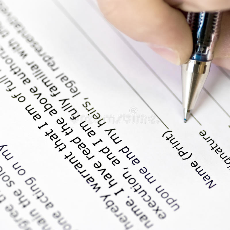 Unterzeichnender Vertrag lizenzfreie stockbilder