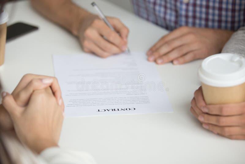 Unterzeichnender Vertrag des Ehemanns des kaufenden Hauses lizenzfreies stockfoto
