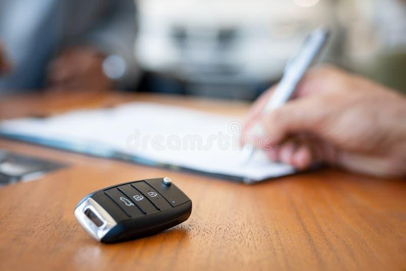 Unterzeichnender Vertrag des Neuwagens lizenzfreies stockbild