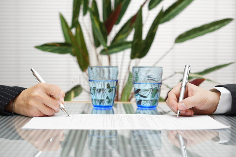 Unterzeichnendes Dokument des Mannes und der Frau mit Scheidung oder prenuptial stockbilder