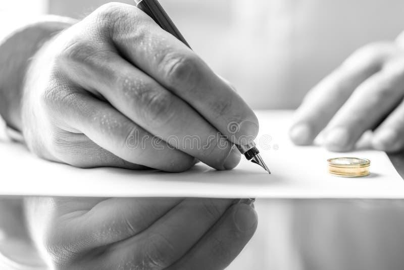 Unterzeichnendes Scheidungspapier lizenzfreie stockfotos