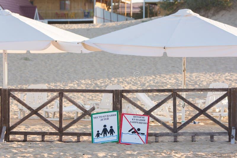 Unterzeichnet a - setzen Sie die Kinder, die, Sturm baden, das Schwimmen verboten - liegen auf dem sandigen Strand nahe lizenzfreies stockbild