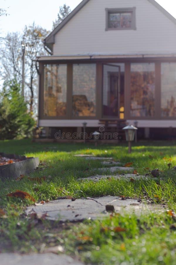Unterzubringen Gartengehweg lizenzfreies stockbild