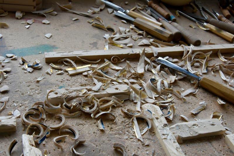 Untidy рабочее место woodcarver стоковая фотография rf