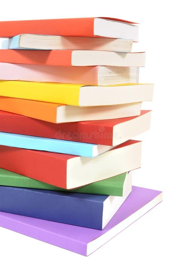 Untidy стог красочных книг книги в мягкой обложке стоковые изображения rf