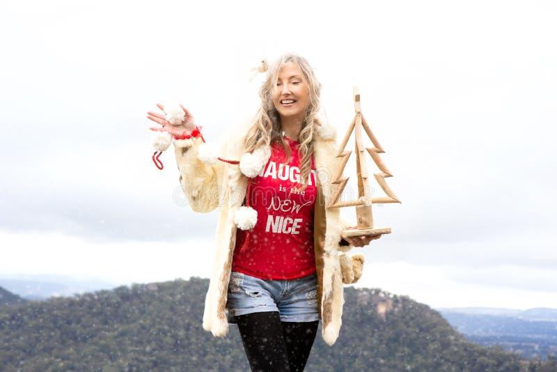 Unverschämtes australisches Mädchen, das Weihnachtsim juli blaue Berge Australien feiert stockfoto