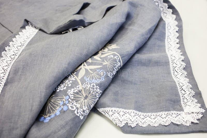 Unvorsichtig geworfene Daunendeckeabdeckung hergestellt vom natürlichen Leinen mit Maschinenstickerei und weißer Baumwollspitze stockbilder