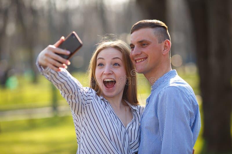 Unvorsichtige Paare der Junge in der Liebe, die draußen genießen geht zusammen, DA stockbilder