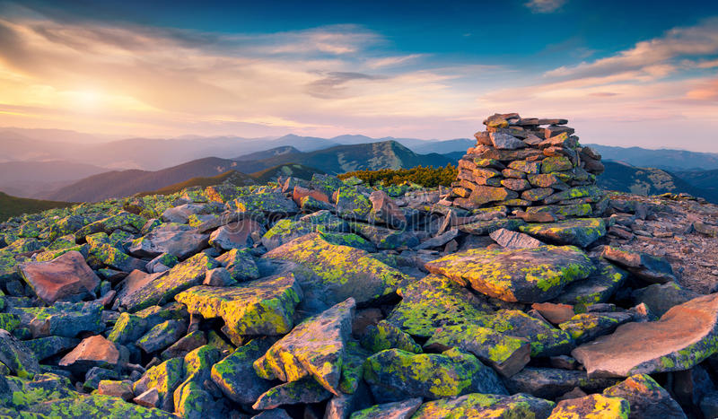 Unwirkliche Berglandschaft in den letzten Strahlen der Sonne stockbild