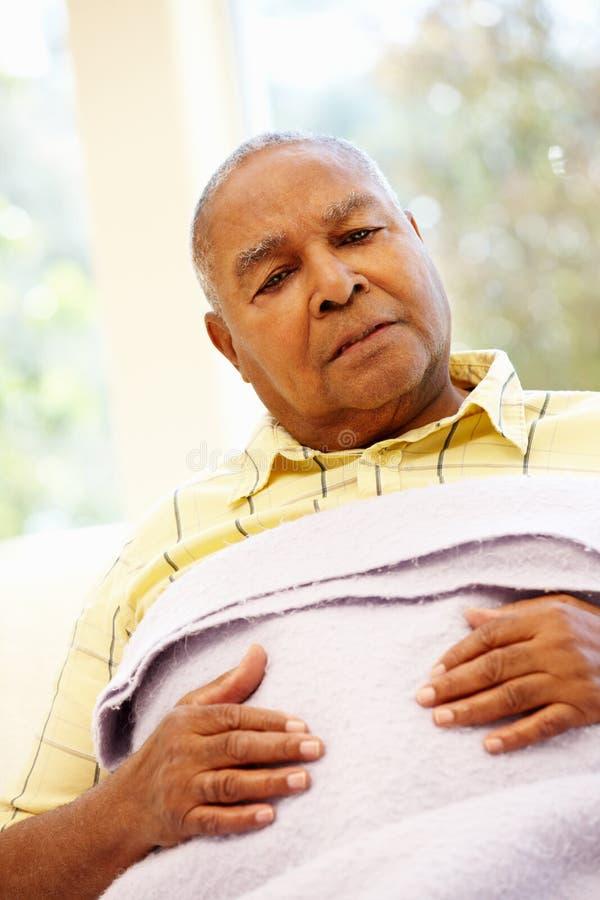 Unwohler älterer Afroamerikanermann lizenzfreies stockfoto