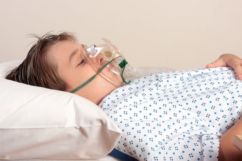 Unwohles Kind mit Sauerstoffmaske lizenzfreie stockbilder