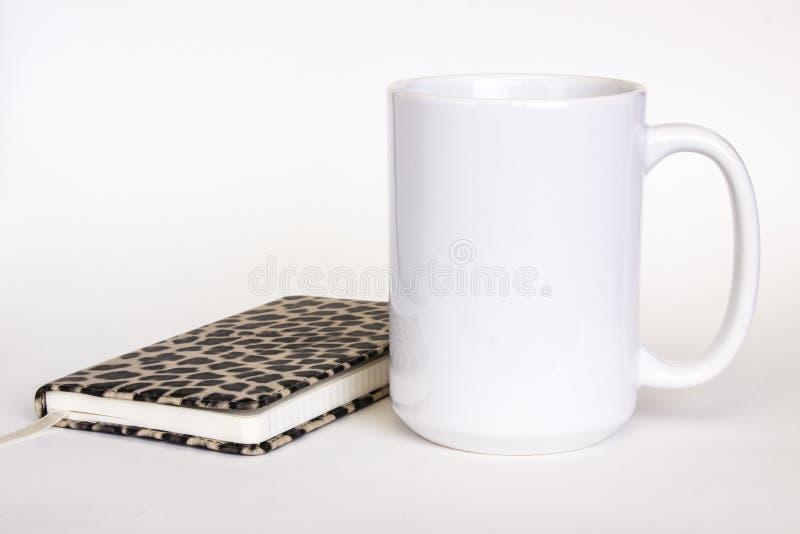 15-Unze-weißes keramisches Bechermodell, weibliche Art des weißen Fotos lizenzfreie stockfotos